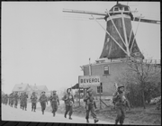 History Trips | Canadian Infantry of the Regiment de Maisonneuve, moving through Holten to Rijssen